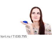 Девушка задумалась с коробочкой для кольца. Стоковое фото, фотограф Анна Милованова / Фотобанк Лори