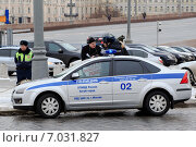 Купить «Полицейский патруль разбирается с митингующим», фото № 7031827, снято 11 февраля 2015 г. (c) Максим Пискунов / Фотобанк Лори
