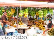 Купить «Торговля бананами и кокосовыми орехами на рынке», фото № 7032579, снято 12 февраля 2013 г. (c) Сергей Дубров / Фотобанк Лори