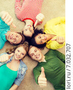 Купить «group of smiling people lying down on floor», фото № 7032707, снято 29 марта 2014 г. (c) Syda Productions / Фотобанк Лори