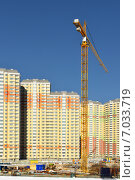 Купить «Строительство нового микрорайона на берегу Москвы-реки. Строительная площадка с краном», фото № 7033719, снято 18 февраля 2015 г. (c) Валерия Попова / Фотобанк Лори