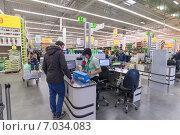 Купить «Мужчина расплачивается за покупку на кассе магазина Leroy Merlin», фото № 7034083, снято 15 февраля 2015 г. (c) Володина Ольга / Фотобанк Лори