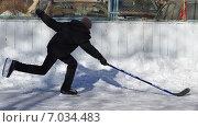 Купить «Юный хоккеист на дворовом катке в городе Железнодорожном (Балашихе) Московской области», эксклюзивное фото № 7034483, снято 17 февраля 2015 г. (c) Наталья Горкина / Фотобанк Лори