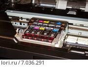 Печатающая головка струйного принтера с цветными картриджами, эксклюзивное фото № 7036291, снято 20 февраля 2015 г. (c) Константин Косов / Фотобанк Лори