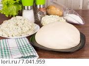 Сырое тесто и разные начинки на тарелках. Стоковое фото, фотограф Сергей Колесников / Фотобанк Лори