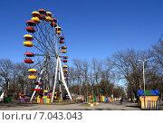 Купить «Колесо обозрения в городке аттракционов. Нальчик», фото № 7043043, снято 2 февраля 2015 г. (c) KSphoto / Фотобанк Лори