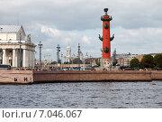 Купить «Вид с Дворцовой набережной. Ростральная колонна. Санкт-Петербург», фото № 7046067, снято 22 мая 2019 г. (c) Vladimir Sviridenko / Фотобанк Лори