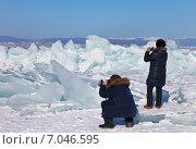 Туристы фотографируют торосы на Байкале. Стоковое фото, фотограф Виктория Катьянова / Фотобанк Лори