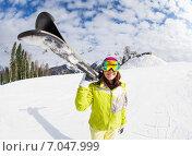 Купить «Молодая красивая девушка с горными лыжами в горах», фото № 7047999, снято 21 января 2015 г. (c) Сергей Новиков / Фотобанк Лори