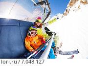 Купить «Мама с сыном на кресельном горнолыжном подъемнике», фото № 7048127, снято 23 января 2015 г. (c) Сергей Новиков / Фотобанк Лори