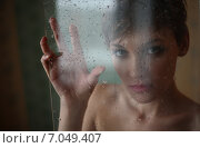 Грустная девушка стоит за стеклом. Стоковое фото, фотограф Ivanikova Tatyana / Фотобанк Лори
