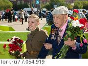 Купить «Девушка помогает ветерану», эксклюзивное фото № 7054919, снято 9 мая 2014 г. (c) Михаил Ворожцов / Фотобанк Лори