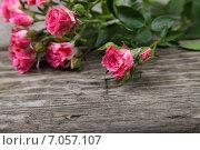 Купить «Букет свежих розовых роз на деревянном столе», фото № 7057107, снято 29 января 2015 г. (c) Елена Блохина / Фотобанк Лори