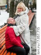 Купить «Счастливая пара. Взрослые мужчина и женщина в обнимку возле длинной лавочки зимой на прогулке», эксклюзивное фото № 7057715, снято 23 февраля 2015 г. (c) Игорь Низов / Фотобанк Лори