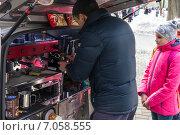 Купить «Масленица. Мобильная кофейня. Барист делает кофе клиенту», фото № 7058555, снято 22 февраля 2015 г. (c) Павел Лиховицкий / Фотобанк Лори
