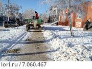 Купить «Работники коммунального хозяйства города посыпают зимой тротуары песком», эксклюзивное фото № 7060467, снято 5 декабря 2014 г. (c) A Челмодеев / Фотобанк Лори