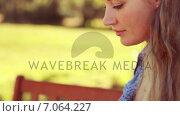 Купить «In high quality 4k format pretty blonde using laptop in the park », видеоролик № 7064227, снято 22 августа 2018 г. (c) Wavebreak Media / Фотобанк Лори