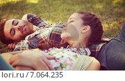 Купить «In high quality 4k format young couple relaxing in the park», видеоролик № 7064235, снято 17 февраля 2019 г. (c) Wavebreak Media / Фотобанк Лори