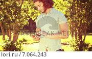 Купить «In high quality 4k format young man using tablet in the park», видеоролик № 7064243, снято 17 февраля 2019 г. (c) Wavebreak Media / Фотобанк Лори