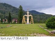 Купить «Скульптура деревянная на фоне леса», эксклюзивное фото № 7064619, снято 13 августа 2013 г. (c) Светлана Попова / Фотобанк Лори