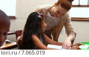 Купить «Teacher helping a little girl during class», видеоролик № 7065019, снято 29 марта 2020 г. (c) Wavebreak Media / Фотобанк Лори