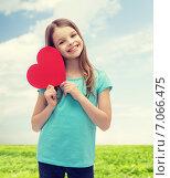 Купить «smiling little girl with red heart», фото № 7066475, снято 9 апреля 2014 г. (c) Syda Productions / Фотобанк Лори