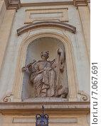 Купить «Статуя Апостола Петра (1756 г.) на фасаде католического костела Святого Креста в Варшаве, Польша. Скульптор Ян Юрий Плерш», фото № 7067691, снято 20 октября 2014 г. (c) Иван Марчук / Фотобанк Лори