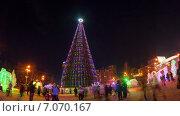 Купить «Люди гуляют возле новогодней елки на Театральной площади в Красноярске. Таймлапс», видеоролик № 7070167, снято 10 января 2015 г. (c) Леван Каджая / Фотобанк Лори