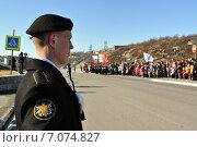 Купить «Военнослужащий с автоматом в руках. Линейный на параде», эксклюзивное фото № 7074827, снято 9 мая 2012 г. (c) Иван Мацкевич / Фотобанк Лори