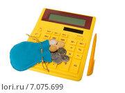 Желтый калькулятор с монетами и ручкой. Стоковое фото, фотограф Максим Буданов / Фотобанк Лори