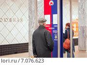 """Купить «Мужчина смотрит на схему метро у информационной панели на станции """"Профсоюзная""""», эксклюзивное фото № 7076623, снято 1 марта 2015 г. (c) Константин Косов / Фотобанк Лори"""