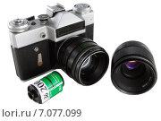 Плёночный фотоаппарат, фотоплёнка и объектив на белом фоне (2015 год). Редакционное фото, фотограф Алексей Марголин / Фотобанк Лори