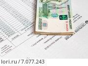 Купить «Покупка недвижимости с помощью ипотеки. Деньги лежат на графике платежей кредитного договора», эксклюзивное фото № 7077243, снято 2 марта 2015 г. (c) Игорь Низов / Фотобанк Лори