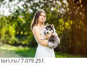 Девушка в белом платье держит на руках щенка хаски. Стоковое фото, фотограф Савчук Алексей / Фотобанк Лори