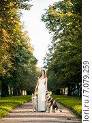 Девушка в белом платье с двумя собаками хаски в парке. Стоковое фото, фотограф Савчук Алексей / Фотобанк Лори