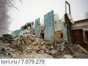 Купить «Полуразрушенный старый деревянный дом», фото № 7079279, снято 26 февраля 2015 г. (c) Алексей Маринченко / Фотобанк Лори