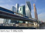 Купить «Торгово-пешеходный мост «Багратион». Пресненская набережная, 16, строение 1. ММДЦ «Москва-Сити»», эксклюзивное фото № 7082635, снято 24 февраля 2015 г. (c) lana1501 / Фотобанк Лори