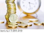 Купить «Стопка монет и будильник», фото № 7091019, снято 14 июня 2014 г. (c) Олеся Новицкая / Фотобанк Лори