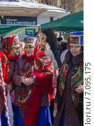 Купить «Пожилые женщины в народных костюмах на празднике Масленицы, Пятигорск», фото № 7095175, снято 2 марта 2014 г. (c) Nikolay Sukhorukov / Фотобанк Лори