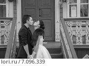 Невеста и жених целуются на крыльце избы. Стоковое фото, фотограф Александра Орехова / Фотобанк Лори