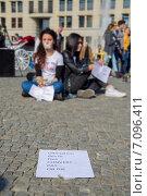 Купить «Протестная акция Save Our Girls from IS, Берлин, 05.10.2014», фото № 7096411, снято 5 октября 2014 г. (c) Анастасия Улитко / Фотобанк Лори