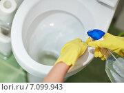 Купить «close up of hand with detergent cleaning toilet», фото № 7099943, снято 25 января 2015 г. (c) Syda Productions / Фотобанк Лори