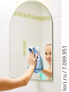 Купить «close up of happy woman cleaning mirror with rag», фото № 7099951, снято 25 января 2015 г. (c) Syda Productions / Фотобанк Лори