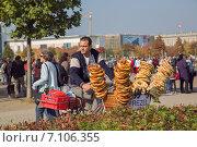 Купить «Торговец кренделями рядом с Рейхстагом в Берлине, Германия», фото № 7106355, снято 5 октября 2014 г. (c) Анастасия Улитко / Фотобанк Лори