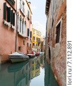 Купить «Венецианский узкий канал. Италия», фото № 7112891, снято 4 ноября 2013 г. (c) Евгений Ткачёв / Фотобанк Лори