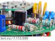 Купить «Электронная печатная плата с радиодеталями», эксклюзивное фото № 7113599, снято 1 февраля 2015 г. (c) Юрий Морозов / Фотобанк Лори