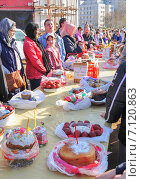 Купить «Прихожане на освящении куличей и яиц в канун Пасхи», эксклюзивное фото № 7120863, снято 19 апреля 2014 г. (c) Алёшина Оксана / Фотобанк Лори