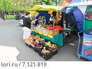 Купить «Уличная торговля овощами и фруктами», эксклюзивное фото № 7121819, снято 12 мая 2010 г. (c) Алёшина Оксана / Фотобанк Лори