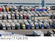 Купить «Стоянка грузовых автомобилей», эксклюзивное фото № 7124315, снято 15 марта 2015 г. (c) Александр Тарасенков / Фотобанк Лори