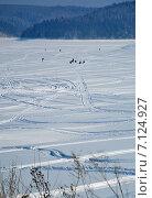 Купить «Поверхность замерзшего заснеженного озера со следами от снегоходов и фигурами рыбаков подледной ловли вдалеке», эксклюзивное фото № 7124927, снято 8 марта 2015 г. (c) Александр Замараев / Фотобанк Лори